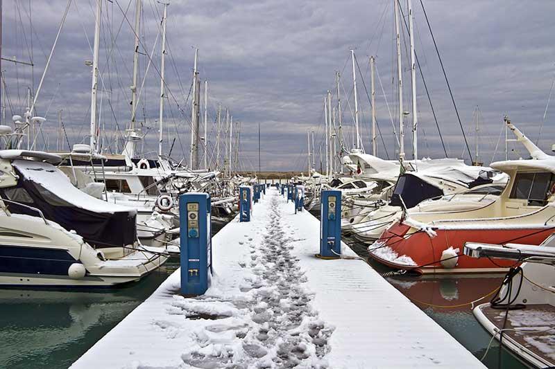 Hafen mit Booten im Winter