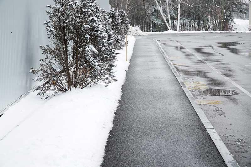 Gehweg im Winter ohne Schnee dank Freiflächenheizung
