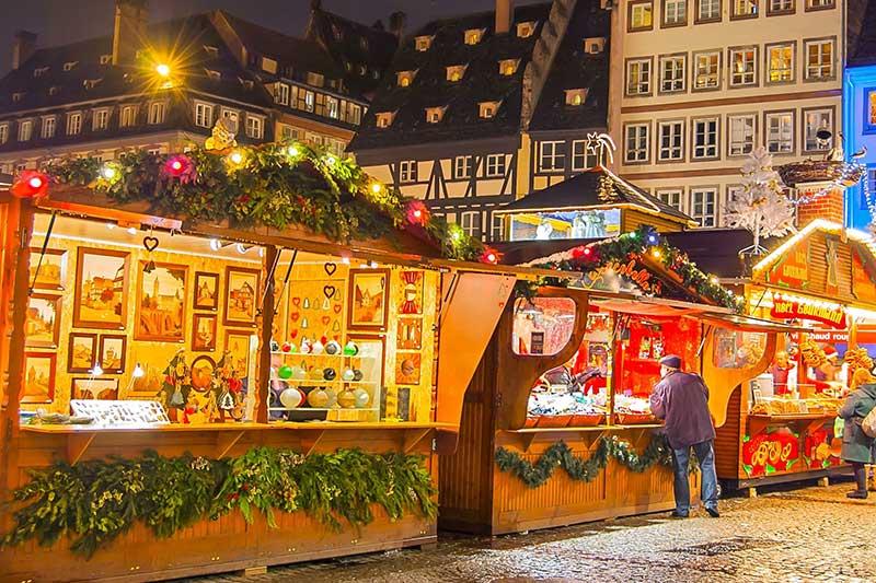 Weihnachtsmarkt mit Verkaufsständen