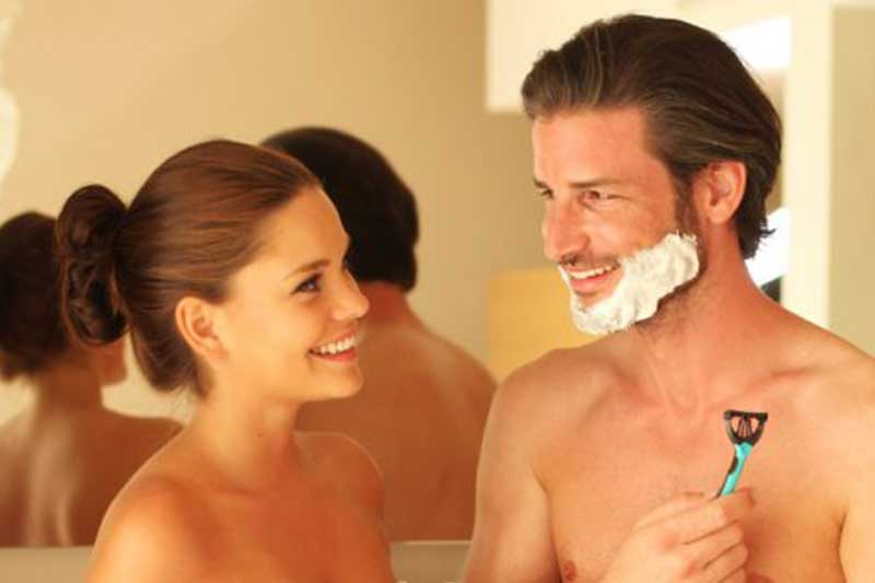 Paar lächelt sich im Bad an