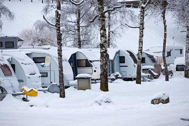 Wohnwagen im Schnee aneinandergereiht