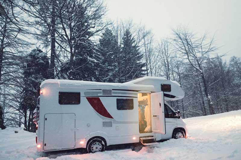Ein Wohnmobil im Schnee