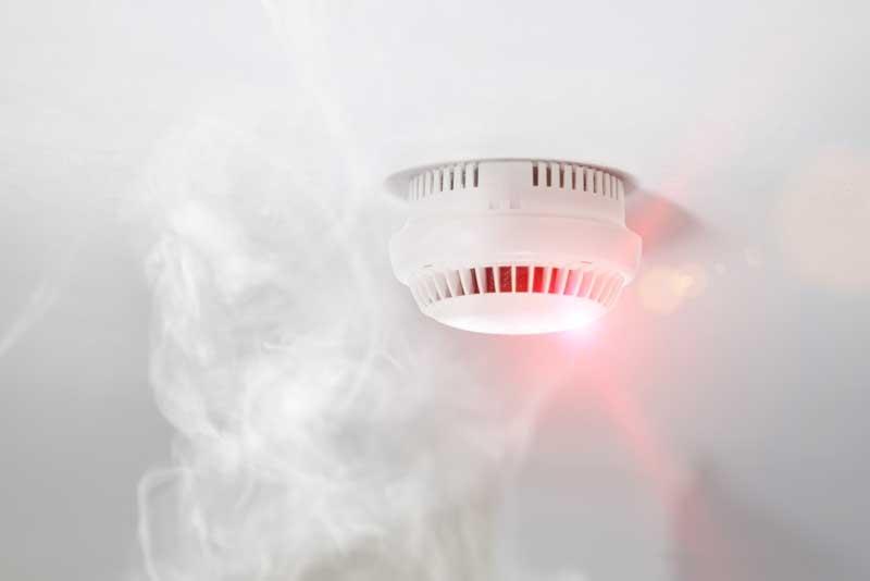 Rauchmelder an der Decke mit Rauch
