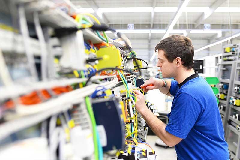 Elektriker bei der Arbeit im Blaumann