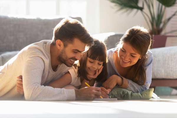 Familie liegt auf warmer Teppichheizung